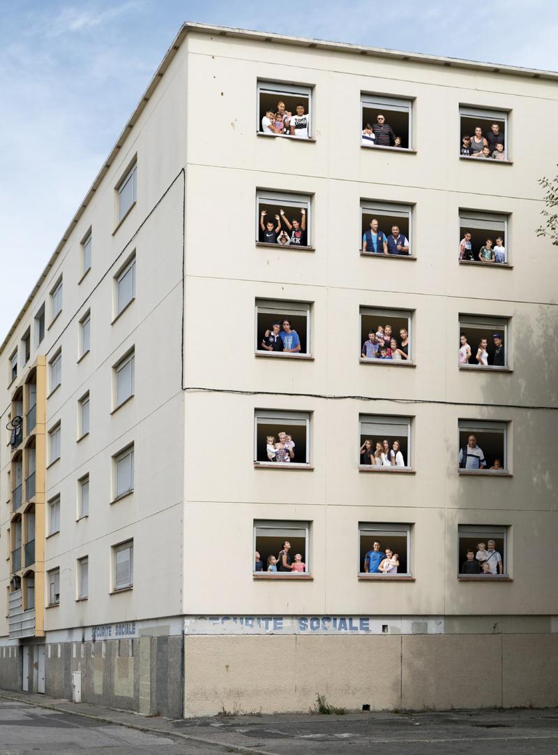 Free Diaz, habillage sur les fenêtres d'un immeuble en rénovation avec les portraits des habitants de la cité Diaz. Perpignan 2015