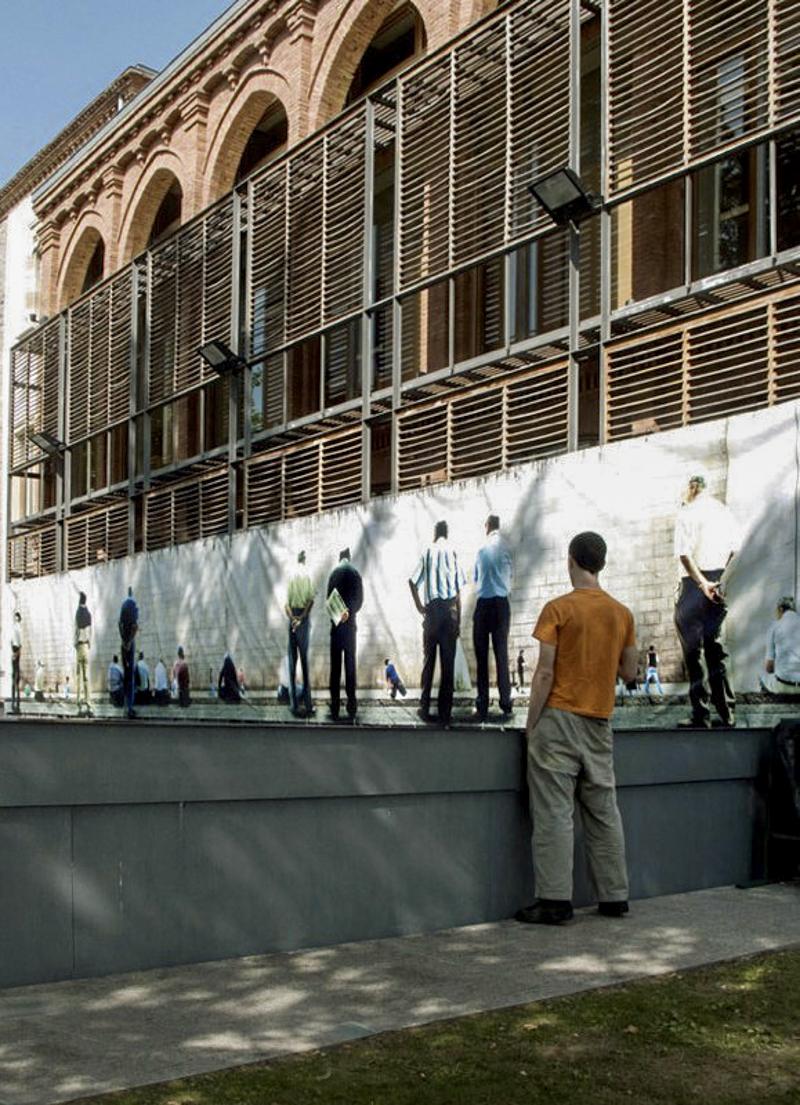 VARIACIONES CARTOGRAFICAS Image panoramique de 17 m de long représentant le terrain de pelote de la ville de Vitoria-Gazeist . L'image est placée sur la façade du centre culturel de Monte Hermoso et fonctionne en trompe l'oeil depuis plusieurs points de vue. Centre Culturel de Monte Hermoso, Vitoria-Gazeist, Espagne, 2007.