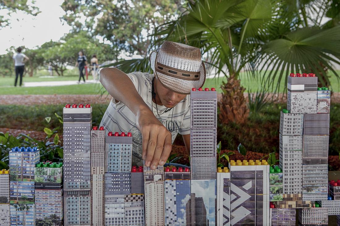 Block Party. Séries de duplos mappés avec les façades du quartier.  Daquilo que me habita, Brasilia 2011.