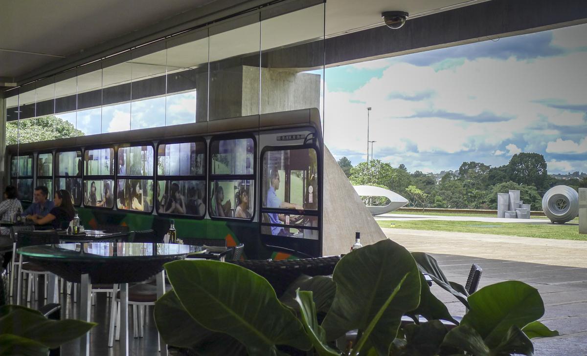 Inside Out > Installation échelle 1/1 sur les vitres  du CCBB de Brasilia . Exposition daquilo me habita, Atelie Aberto, Brasilia 2012.  http://www.daquiloquemehabita.art.br/
